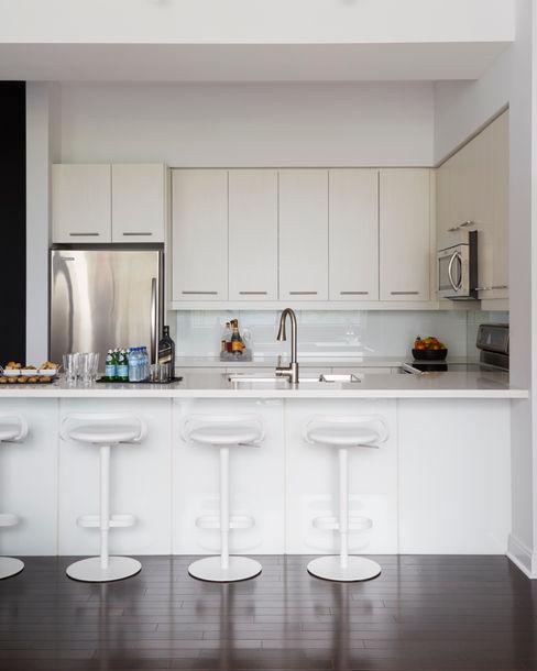 Douglas Design Studio CocinaArmarios y estanterías Blanco
