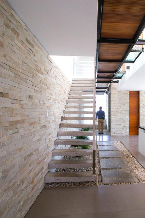 3 FAMILIAS - 3 CUBOS Chetecortés Pasillos, vestíbulos y escaleras modernos