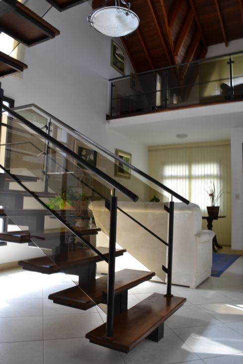 Escada, ferro e madeira Flávia Kloss Arquitetura de Interiores Salas de estar modernas Madeira maciça Branco