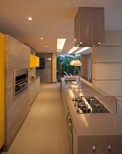 UBHOUSE - Paula Martins PAULA MARTINS ARQUITETURA, INTERIORES E DETALHAMENTO Cozinhas modernas Amarelo