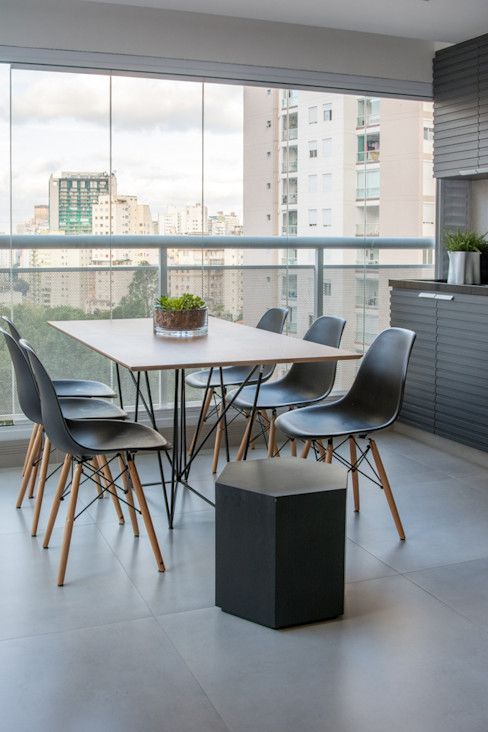 Varanda com uma Extensão da Sala e Cozinha Danyela Corrêa Arquitetura Varandas, alpendres e terraços modernos