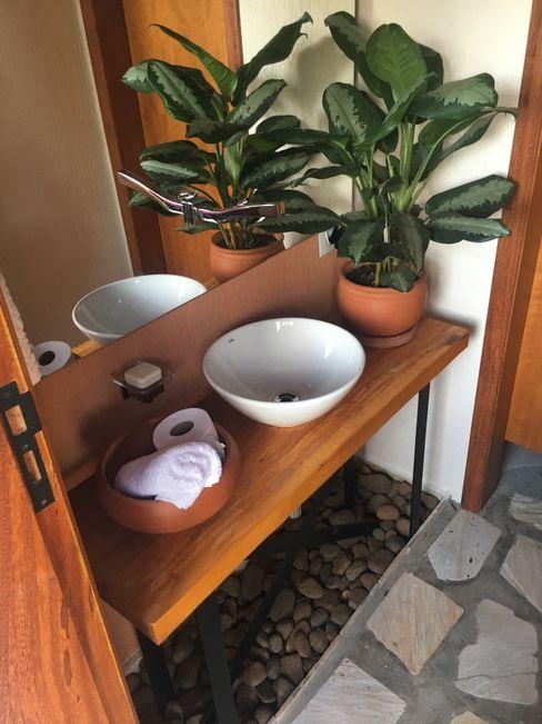 Arkete Arquitetura e Sustentabilidade Baños de estilo rústico Madera Naranja