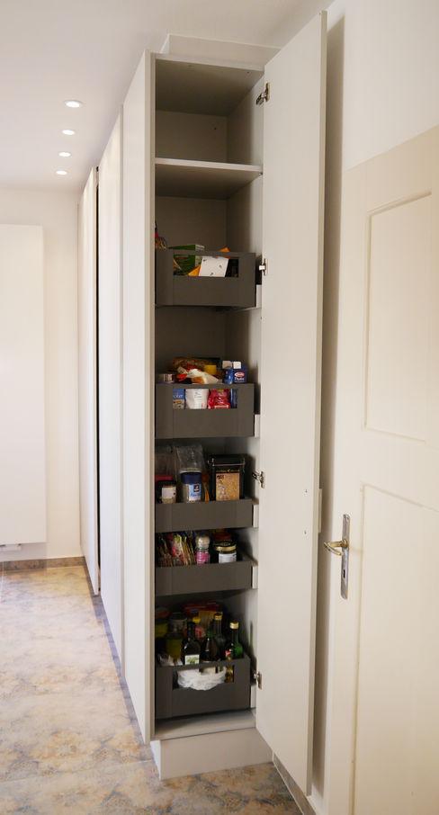 Hochschrank und innenliegenden Schubkästen Hammer & Margrander Interior GmbH KücheAufbewahrung und Lagerung Weiß