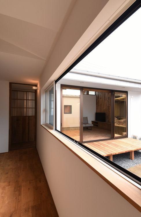 アウトドアが日常になる中庭を囲む家 加藤淳一級建築士事務所 モダンスタイルの 玄関&廊下&階段