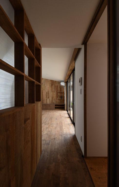 アウトドアが日常になる中庭を囲む家 加藤淳一級建築士事務所 モダンデザインの リビング
