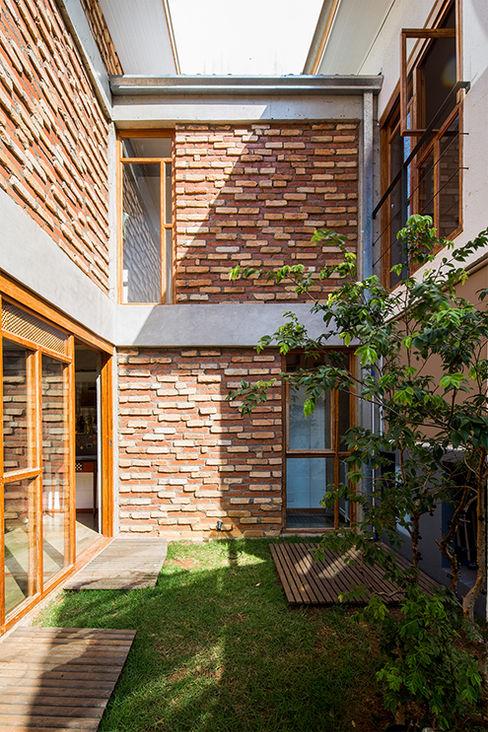 Grupo Garoa Arquitetos associados Jardines de estilo moderno Ladrillos Multicolor