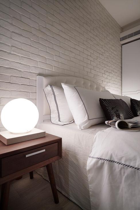 現代燈飾與古典床背搭配木製邊桌別有一番風味 弘悅國際室內裝修有限公司 臥室照明 玻璃 White