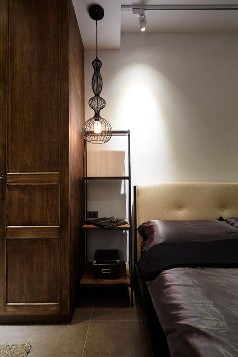 簡單的床邊吊燈搭配刻意挑選的床邊桌,減少匠氣營造隨意的氛圍 弘悅國際室內裝修有限公司 臥室照明 鋁箔/鋅 Black