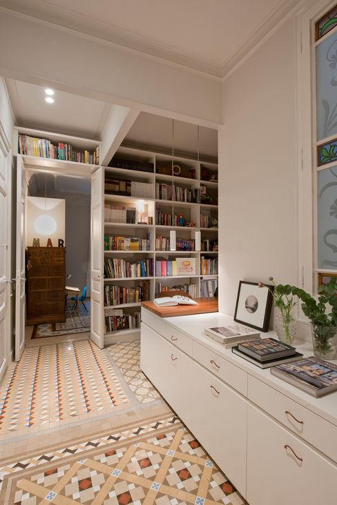 Principal modernista Aribau THE ROOM & CO interiorismo Pasillos, vestíbulos y escaleras de estilo clásico
