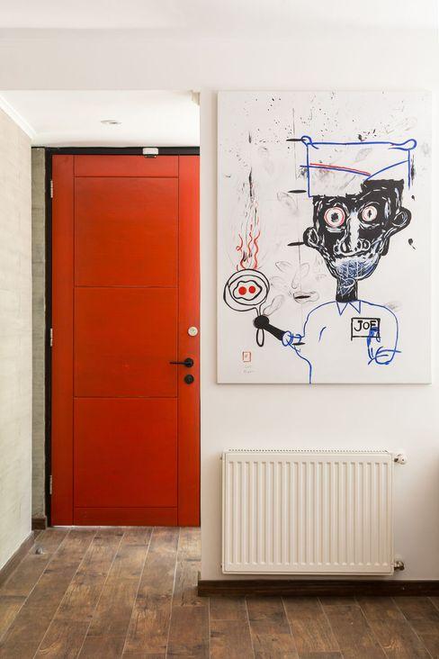 RENOarq 現代風玄關、走廊與階梯 實木 Red