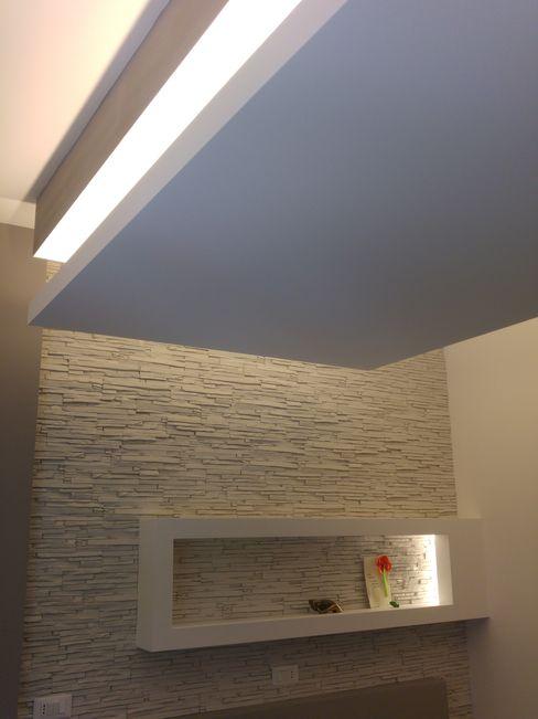 Camera da letto: particolare del contro soffitto e della parete di testata del letto Luca Palmisano Architetto Camera da letto moderna