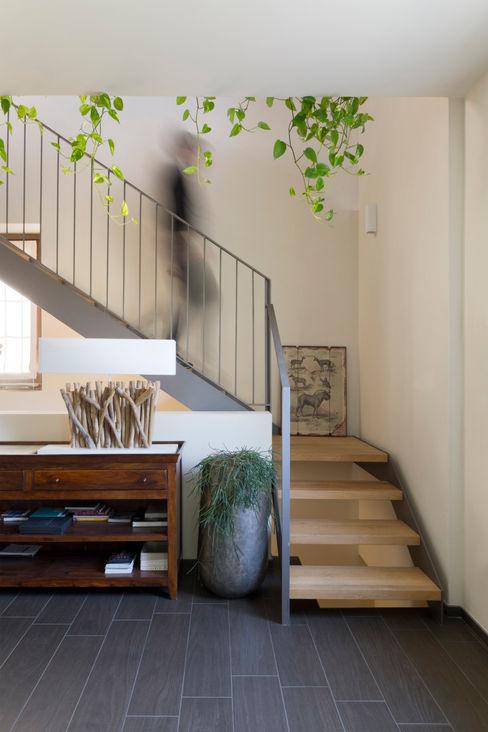 Studio Ecoarch Country style corridor, hallway& stairs