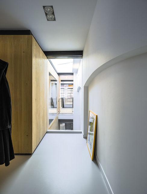 EVA architecten Modern style bedroom