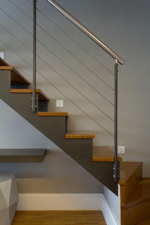 Escada de acesso ao mezanino para área íntima Semíramis Alice Arquitetura & Design Corredores, halls e escadas modernos Cinza