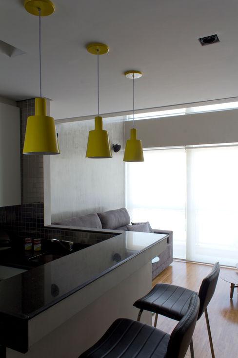 Área social integrada com cozinha Semíramis Alice Arquitetura & Design Armários e bancadas de cozinha Granito Preto