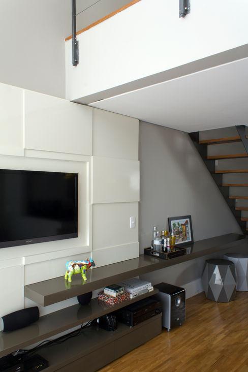 Painel TV e móvel de apoio Semíramis Alice Arquitetura & Design Salas de estar modernas Cinza