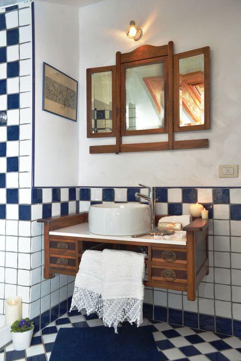 ristrutturazione bagno in mansarda Home Atmosphere Bagno in stile classico Ceramica Bianco