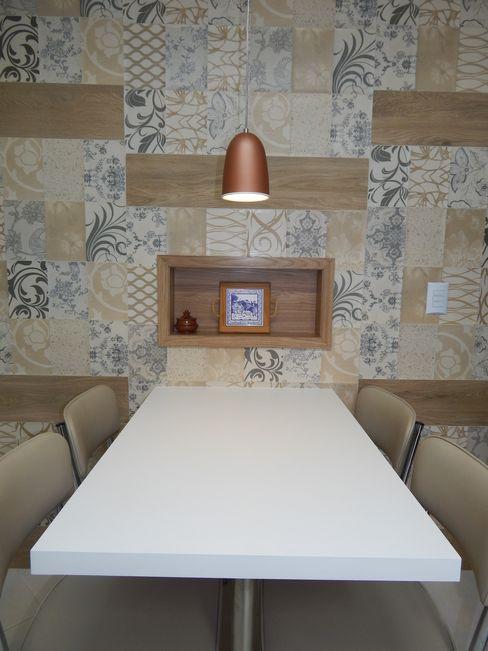 Mesa na cozinha Seleto Studio Design de Interiores Armários e bancadas de cozinha Cerâmica Branco