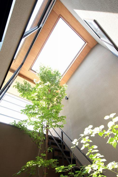 中庭を見上げる TEKTON | テクトン建築設計事務所 切妻屋根 木