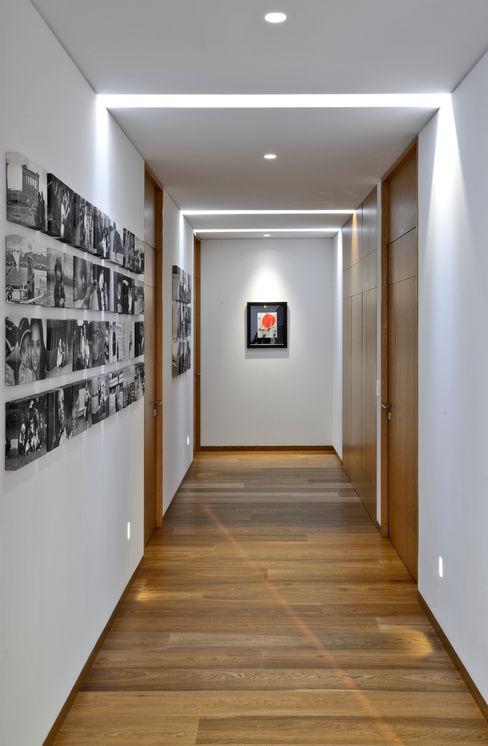 Pasillo en planta alta Di Vece Arquitectos Pasillos, vestíbulos y escaleras minimalistas