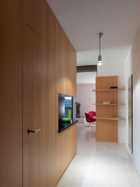homify Коридор, прихожая и лестница в стиле минимализм Эффект древесины