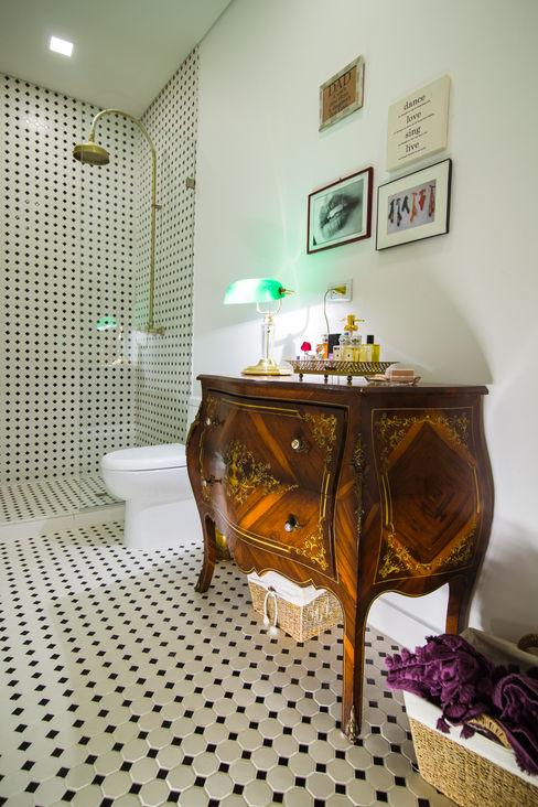 Munera y Molina Colonial style bathroom