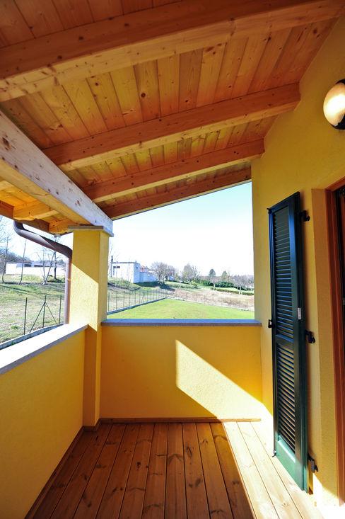 Case in legno a Bodio Lomnago, Varese. Balcone Novello Case in Legno Casa di legno Legno Giallo