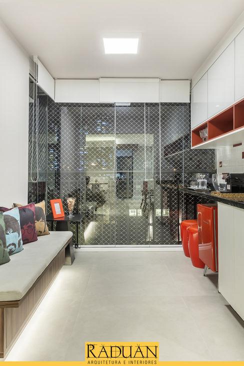 Sacada Raduan Arquitetura e Interiores Varandas, alpendres e terraços modernos