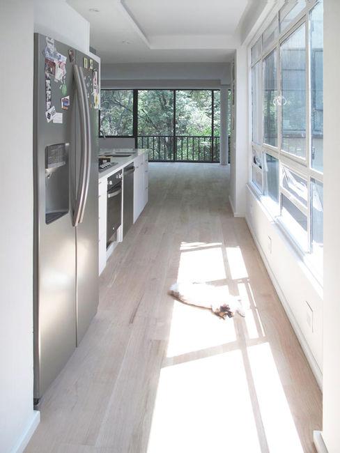 Pasillo AWA arquitectos Pasillos, vestíbulos y escaleras minimalistas Madera Blanco