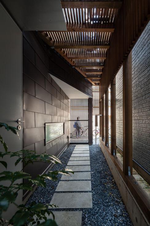 ろじのさき_玄関アプローチ 株式会社 ギルド・デザイン一級建築士事務所 モダンな 家