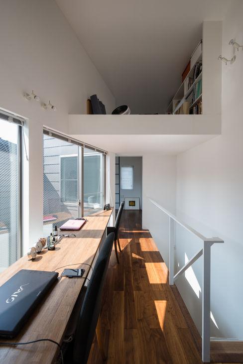 ろじのさき 株式会社 ギルド・デザイン一級建築士事務所 モダンデザインの 書斎 無垢材 白色