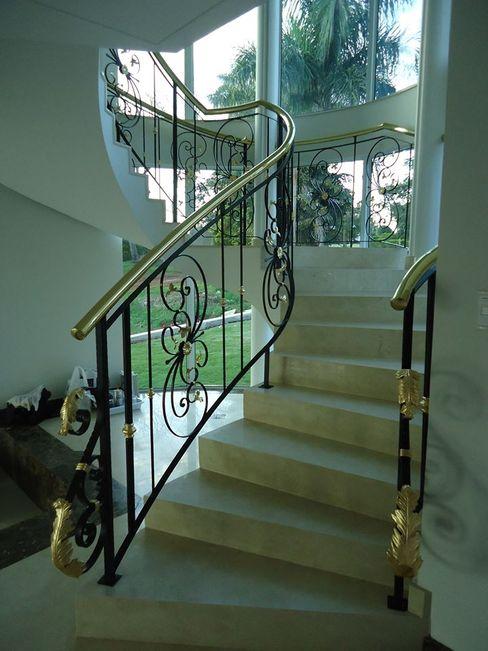 Escada com guarda-corpo em ferro e latão Penha Alba Arquitetura e Interiores Escadas Ferro/Aço Preto