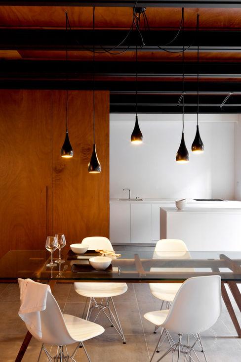 Open space al piano terra Paola Maré Interior Designer Sala da pranzo moderna Legno Bianco