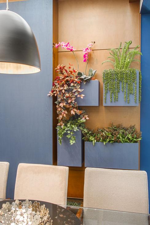Sacada com Jardim Vertical Sgabello Interiores Varanda, alpendre e terraçoPlantas e flores MDF Azul