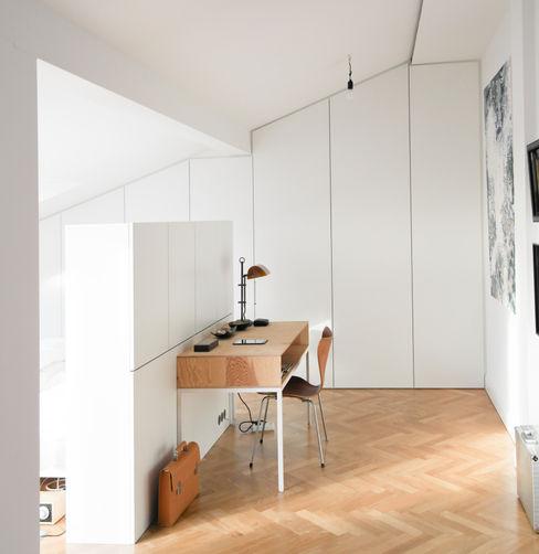 GANTZ - Einbauschrank unter Dachschräge GANTZ - Regale und Einbauschränke nach Maß Moderne Schlafzimmer Holzwerkstoff Weiß