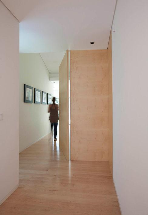 Vivenda em Famalicão - SHI Studio Interior Design ShiStudio Interior Design Corredor, hall e escadasAcessórios e decoração