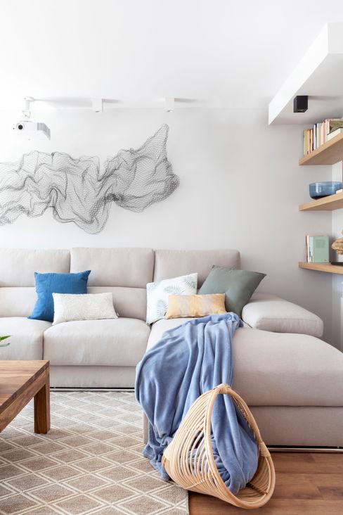 Reforma y Amueblamiento en sótano de vivienda unifamiliar adosada en Tres Cantos itta estudio Salones de estilo mediterráneo