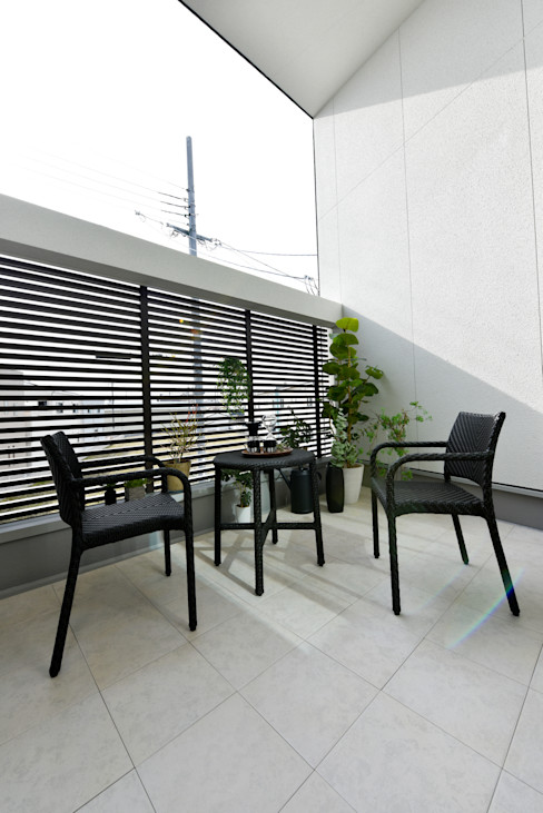 南側に設けたバルコニーが第二のリビング タイコーアーキテクト モダンデザインの テラス 黒色