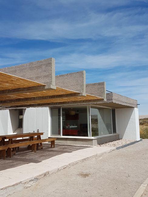 CASA DE LA PIEDRA CHIU-CHIU, II REGIÓN DE ANTOFAGASTA RH+ ARQUITECTOS Balcones y terrazas modernos Bambú Multicolor