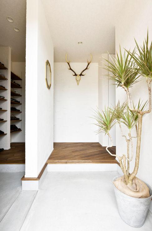 2wayアクセスの可能な玄関土間 タイコーアーキテクト モダンスタイルの 玄関&廊下&階段