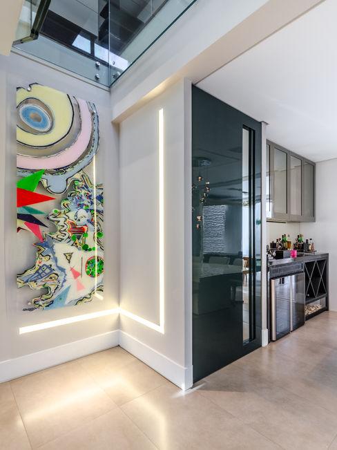 Porta de acesso à cozinha okha arquitetura e design Salas de jantar modernas Vidro Transparente