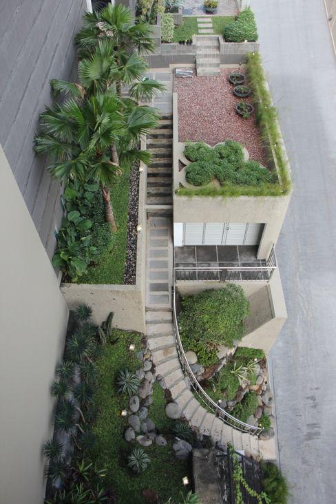 Rumah Tinggal Mewah di Semarang Paulus Adi Budianto Taman Minimalis