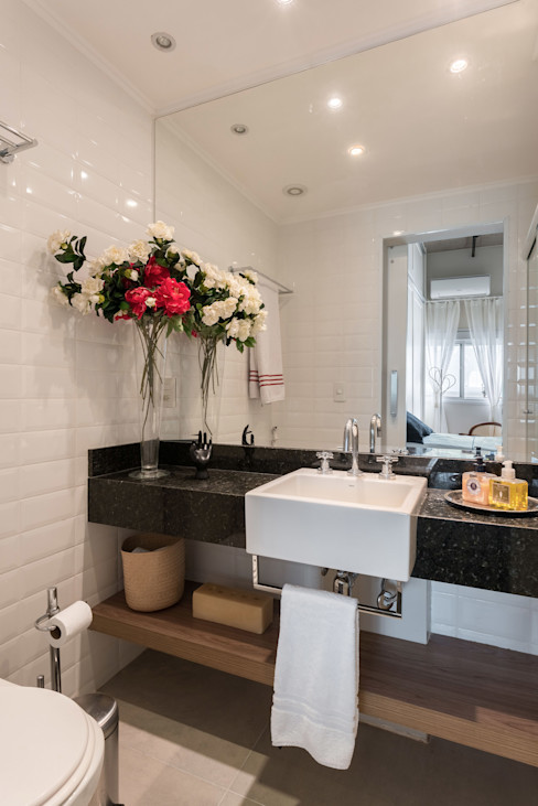 Studio Ideação Phòng tắm phong cách kinh điển Gạch ốp lát White