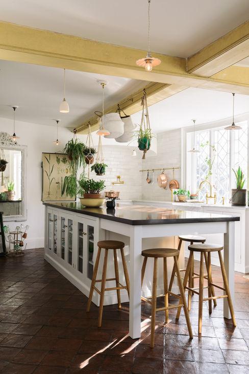 deVOL Kitchens Nhà bếp phong cách Địa Trung Hải Than củi White