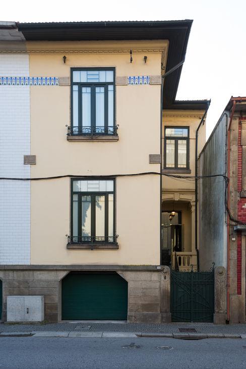 Fachada de vivenda em S. Mamede - Projeto de interiores Shi Studio - Matosinhos, Porto ShiStudio Interior Design Moradias