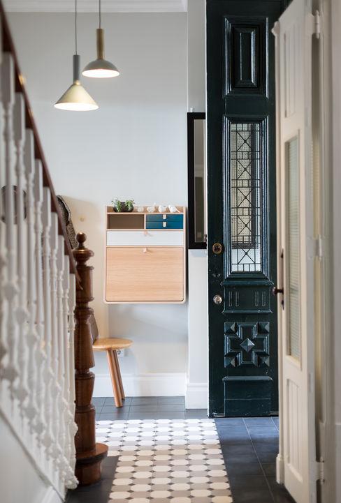 Hall de entrada em S. Mamede - Projeto de interiores Shi Studio - Matosinhos, Porto ShiStudio Interior Design Corredores, halls e escadas rústicos Madeira Branco
