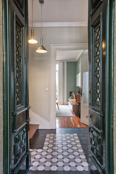 Hall de entrada em S. Mamede - Projeto de interiores Shi Studio - Matosinhos, Porto ShiStudio Interior Design Corredores, halls e escadas rústicos Madeira Verde
