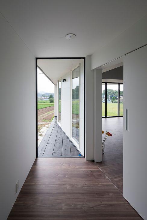 玄関 石川淳建築設計事務所 ミニマルスタイルの 玄関&廊下&階段 白色