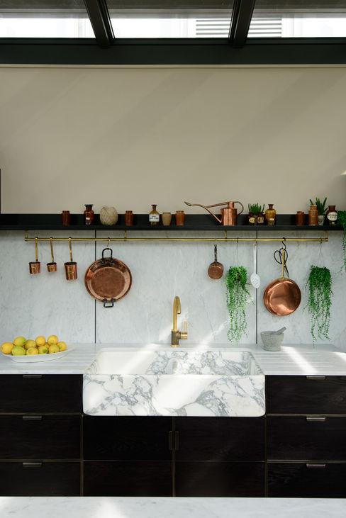 deVOL Kitchens Cocinas de estilo moderno Madera maciza Negro