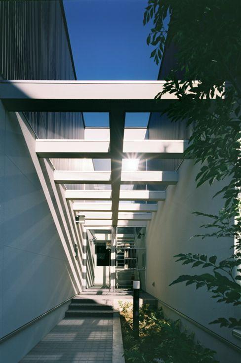 エントランス アプローチ 一級建築士事務所 Coo Planning モダンな 家 金属 黒色